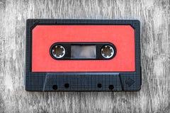 红色录音磁带木背景葡萄酒 免版税库存照片