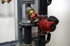 红色循环泵和一个平衡活阀 库存照片