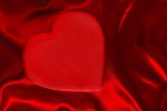 红色心形的丝绸板料 库存照片