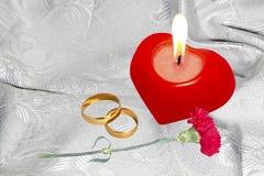 与定婚戒指的红色蜡烛 免版税图库摄影