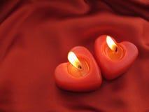 红色心形的蜡烛燃烧 免版税图库摄影