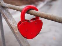 红色心形的锁 免版税图库摄影