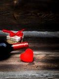 红色心脏、酒和礼物盒 免版税库存照片