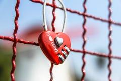 红色心脏万能钥匙 库存图片