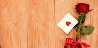 红色心脏信封和一朵红色玫瑰 库存照片