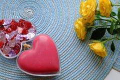 红色心脏和一朵黄色玫瑰使上面环境美化 库存照片