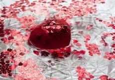 红色心脏和一点心脏在水中 免版税库存图片