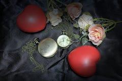 红色心脏和上升了与在黑织品背景的葡萄酒金怀表 时间概念爱  静物画样式 图库摄影