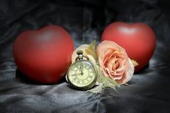 红色心脏和上升了与在黑织品背景的葡萄酒金怀表 时间概念爱  静物画样式 免版税库存图片