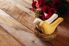 红色心脏和两只爱恋的鸟夫妇在巢 免版税库存图片