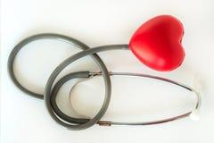 红色心脏和听诊器医疗医疗设备的医疗保健 库存照片
