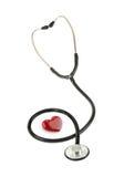 红色心脏和听诊器,隔绝在白色背景 免版税库存照片