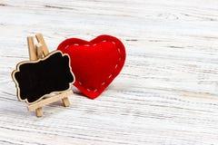 红色心脏和小黑板有拷贝空间的在黑背景 华伦泰` s天构成 免版税图库摄影
