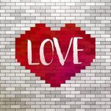 红色心脏和爱在砖墙 库存图片