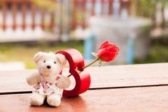 红色心脏和玩具熊爱的在华伦泰,葡萄酒样式VA 免版税库存图片