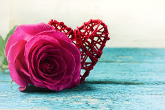 红色心脏和玫瑰在木背景 免版税库存图片