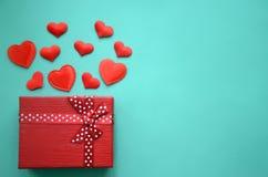 红色心脏和礼物盒在背景 库存照片