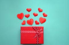 红色心脏和礼物盒在背景 免版税库存图片
