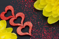 红色心脏和菊花 库存照片