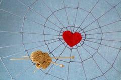 红色心脏在网的中心 免版税库存照片