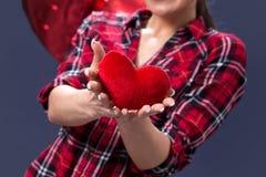 红色心脏在表达女性的手上爱感觉 图库摄影