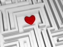 红色心脏在迷宫的中心 免版税库存图片