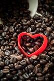 红色心脏形状咖啡豆背景 库存照片