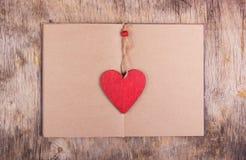 红色心脏是一张书签和一本开放书与空的页 库存照片