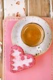 红色心脏曲奇饼和浓咖啡咖啡杯在老木桌上 库存照片
