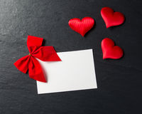 红色心脏有postcardon石头背景 免版税图库摄影