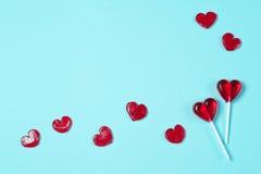 以红色心脏的形式棒棒糖 免版税库存图片