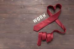 红色心脏领带在木背景 免版税库存图片