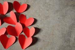 红色心脏水泥背景 库存图片