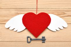 红色心脏-爱的标志在木背景的 免版税图库摄影