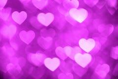洋红色心脏bokeh背景照片,抽象假日背景 免版税库存图片