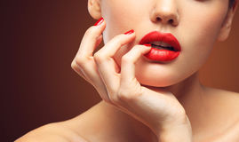 红色性感的嘴唇和钉子特写镜头 开放的嘴 修指甲和构成 组成概念 免版税库存照片