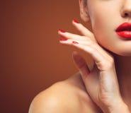 红色性感的嘴唇和钉子特写镜头 开放的嘴 修指甲和构成 组成概念 免版税库存图片