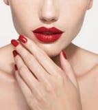 红色性感的嘴唇和钉子特写镜头 开放的嘴 免版税库存照片