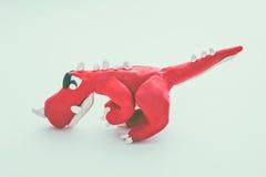 红色恐龙黏土模型 戏剧面团动物 葡萄酒口气作用 免版税库存图片