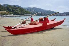 红色意大利救助艇驻防在海滩 免版税库存照片