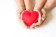 红色感觉在childs和精神手的心脏在白色 在视图之上 复制空间 免版税图库摄影