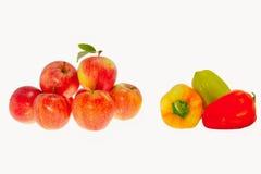 红色成熟苹果和甜椒在白色背景 图库摄影