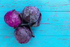 红色或紫色圆白菜三个新头  免版税库存照片