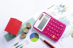 红色房子和硬币金钱和桃红色计算器和红色笔抵押贷款上面概念背景的 免版税图库摄影