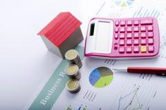 红色房子和硬币金钱和桃红色计算器和红色笔抵押贷款概念的 免版税图库摄影