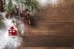 红色房子圣诞节装饰 图库摄影
