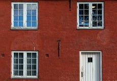 红色房子在城堡 免版税库存图片
