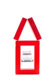 红色房子由有汽车的木玩具制成 免版税图库摄影