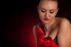 红色手套的性感的少妇与一个香水瓶在手上 库存图片