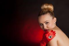 红色手套的年轻可爱的妇女与一个大圆环 图库摄影